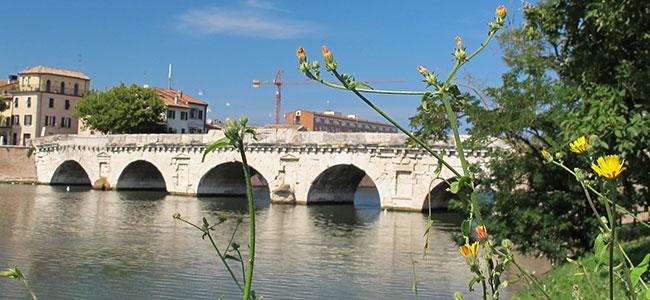 Rimini, ponte di Tiberio a primavera