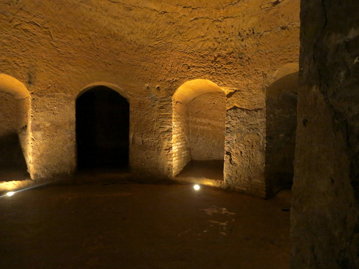 Dettagli di ipogeo delle grotte tufacee di Santarcangelo