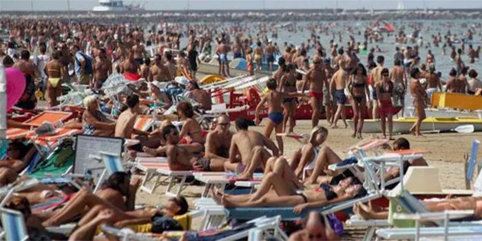 spiaggia affollata regole galateo
